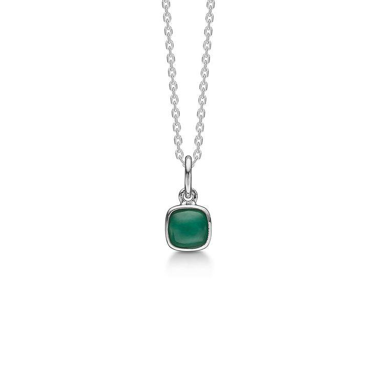 CABOCHON halskæde i sølv med smaragd.   Elegant halskæde med smuk grøn smaragd. Smykket har med sin let afrundede, kvadratiske form og farverige ædelsten et raffineret udtryk.   CABOCHON halskæden er fra Mads Zieglers Silver Label kollektion.