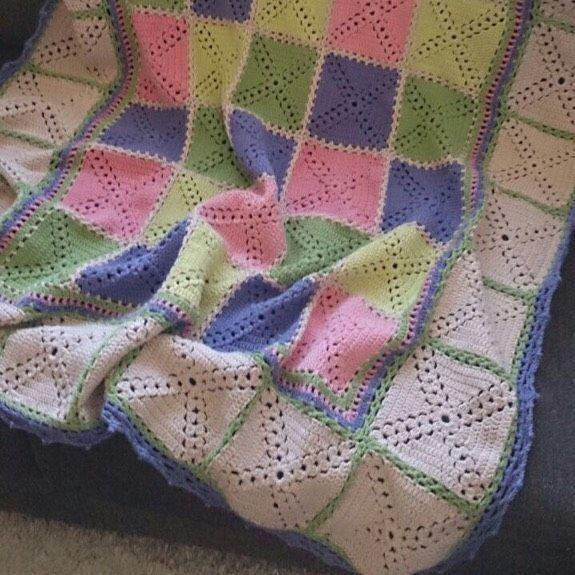Virkad filt i fina färger. Länk till mönstret finns på bloggen.