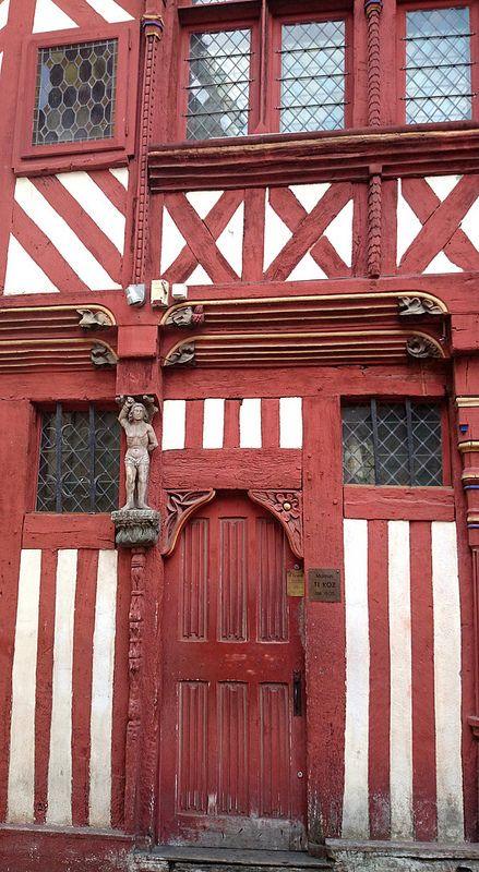 Maison à colombage datant du XVIème siècle dans le centre-ville de #Rennes, #Bretagne.  16th Century house, Rennes, #Brittany.