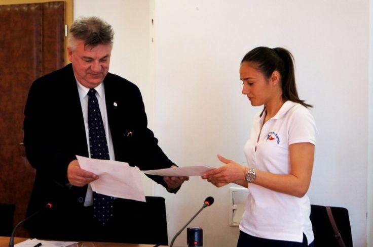 Parteneriat între Clubul Nautic Român şi Universitatea Ovidius în favoarea sporturilor pe apă – Narcis GAIDARGIU● Clubul Nautic Român a ratificat, vineri 28 aprilie 2017, un parteneriat cu Universitatea Ovidius pentru promovarea sporturilor pe apă, cu predilecţie a celor cu vele, în cadrul comunităţii academic constănţene, şi totodată de colaborare pentru dezvoltarea performanţei umane în domeniile specifice de expertiză ale acestei organizaţii. La evenimentul găzduit în sala de...