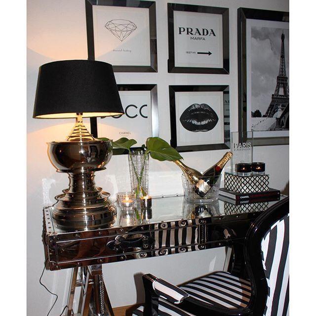 San Franscisco Office Desk ( med Nagler) i rustfritt stål med nagler. fra Classic Living https://classic-living.no/collections/bord/products/san-francisco-office-desk  bildet er tatt av Bymads