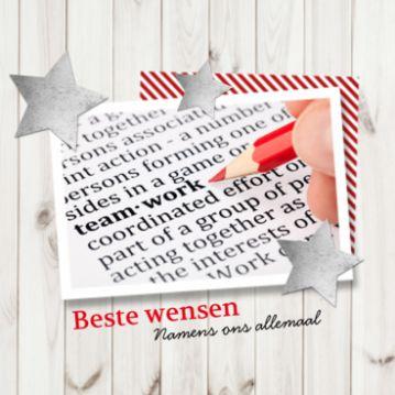 Zakelijke kerstkaart voor teambuilding en team-prestaties. Een wit houten achtergrond, metalen sterren en rood-wit gestreept vel papier. In het midden foto met omschrijving'teamwork' en rood potlood.