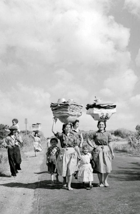 Artur Pastor - Nazaré. Lavadeiras de regresso a casa. 1954/57.