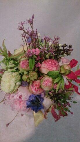 Wild bruidsboeket met onderandere trosrozen pioenrozen. Gemaakt bij bloemenweelde amsterdam.