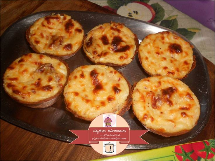 Savory tarts, with sun dried tomatoes, smoked turkey and cheese in bechamel sauce / glykesdiadromes.wordpress.com