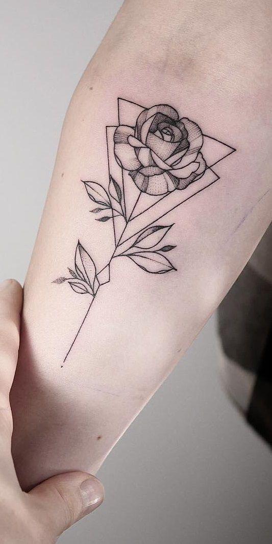 Pin em tatuagem feminina braco
