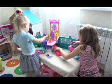 Открываем Яйца Динозавров!!! Сюрпризы в яйцах для детей!!! http://video-kid.com/20531-otkryvaem-jaica-dinozavrov-syurprizy-v-jaicah-dlja-detei.html  Открываем Яйца Динозавров!!! Сюрпризы в яйцах для детей!!! Новые СЮРПРИЗЫ для детей Алиса открывает маленькие игрушки в коробочках Surprise for children Классный КОРАБЛЬ русалочки Ариель Домик для кукол Барби Дисней принцесс Видео для девочек День РОЖДЕНИЯ Алисы!!! Алису поздравляет Человек Паук, Фея и Чебурашка!!! Happy birthday Alice…