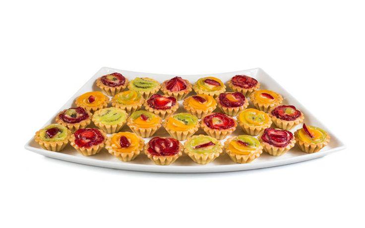 Tarte cu fructe și cremă de vanilie, care o să-ți lase gura apă.   www.masafamiliei.ro
