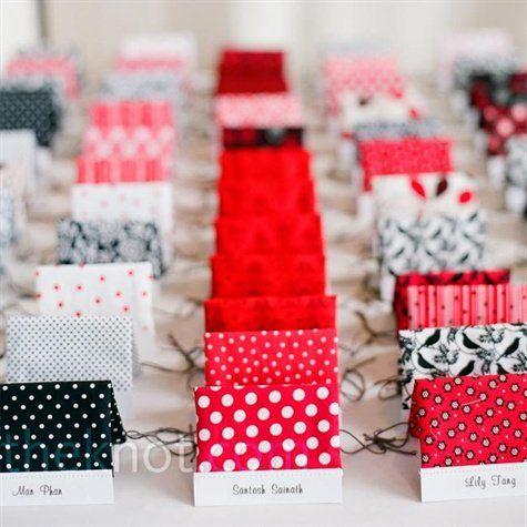 一つ一つ柄を変えるのも面白そう♪ 個性的な赤いエスコートカードまとめ。結婚式で使うエスコートカード・席札一覧。