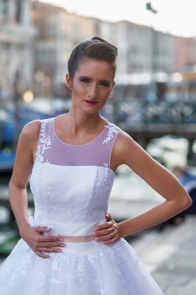 """Remek hír a türelmetlenebb Eleonor szalon rajongóknak, hogy a nemrég Velencében bemutatott 2016-os esküvői ruháink egy részét a gyorsan reagáló """"fast-fashion"""" szalonunkban már sok """"Eleonor menyasszony"""" beszerezte. Nézd meg, hogy melyek azok a formák és fazonok, amik jövőre divatban lesznek, és azt is, hogy milyen darabokra csaphatsz le a szalonunkban."""