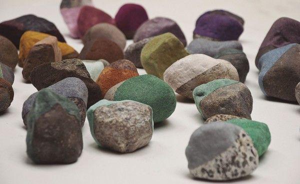 Magdalena Atria, Encuentros casuales (detalle), 2013, piedras, pintura acrílica, fibras de rayón, medidas variables. En XS Galería. Cortesía...