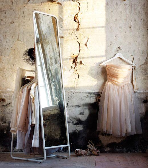 KNAPPER golvspegel med dålda krokar och hängare för kläder bakom spegeln