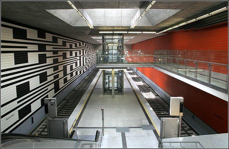Am 28.10.2007 wurde die Münchener U-Bahnlinie U3 vom Olympiazentrum um zwei Station bis zum Olympia-Einkaufszentrum verlängert. Hier ein Blick in die Bahnsteighalle der Zwischenstation Oberwiesenfeld. 28.06.2008 (Matthias)