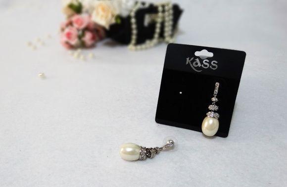 Luxuoso brinco de pérola, em formato de gota em uma linda base de metal prateado com um designer moderno ideal para noivas, madrinhas e outras ocasiões. Medida do brinco: Altura 4,5cm/ largura da gota: 1,5cm. Para mais informações, contactar vendedor.