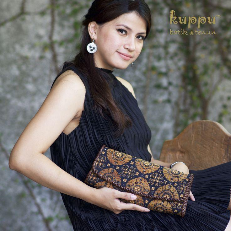 READY!   VIALLIS BATIK SOLO- CEPLOK. (Clutch)  . idr 1.650.000 . By Kuppu Batik&Tenun  . Detail  Laura 08119103668 Line id Kuppubatiktenun. . www.kuppubatikrenun.com  #batik #clutch #fashion