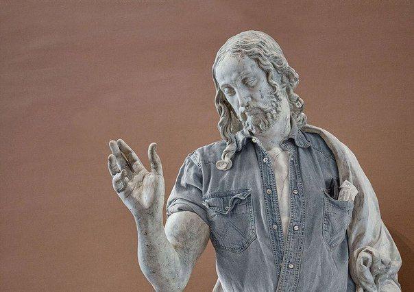 Французы Лео Кайяр и Алексис Персани устроили модный переворот в Лувре, приодев древние скульптуры. Таким образом античные творения приобрели весьма интересный вид. Стоит отметить, что авторы проекта «Street Stone» даже не дотронулись к статуям, так как это запрещено. Кайар сфотографировал отдельно античные работы в музее и отдельно — своих друзей в позах выбранных статуй. Затем Персани в «Фотошопе» соединил снимки, получив в результате удивительную серию фоторабот.