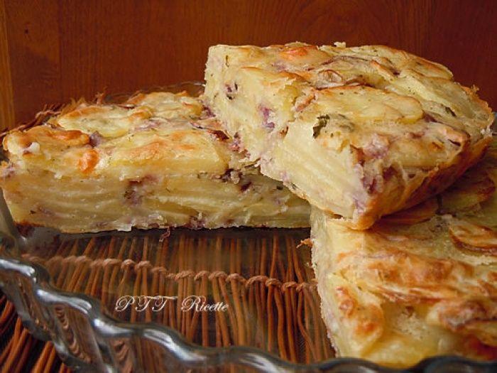 Torta salata di patate e cipolle, arricchita con parmigiano e provolone. #torta #patate #cipolle #ricetta #recipe #italianfood #italianrecipe #PTTRicette