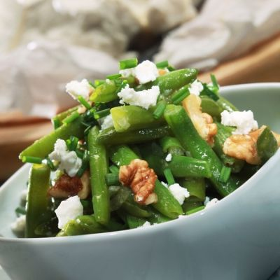 Green beans with nuts and mint. Recipe in Greek.