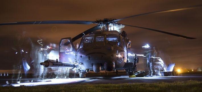 Aviadores estadounidenses llevan a cabo inspecciones posteriores al vuelo en un HH-60G Pave Hawk durante el ejercicio Voijek El valor en el campo de aviación Hullavington, Inglaterra 4 de marzo de 2016.
