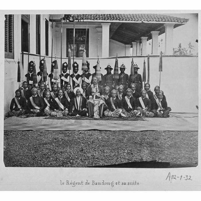 Bupati Bandung dan para pengawalnya circa 1875.