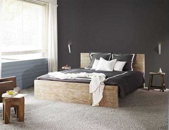 Een kleur ergens tussen grijs en zwart. Het is niet te donker maar ook niet te licht en zou,zoals op de foto, mooi zijn met een grijs tapijt.