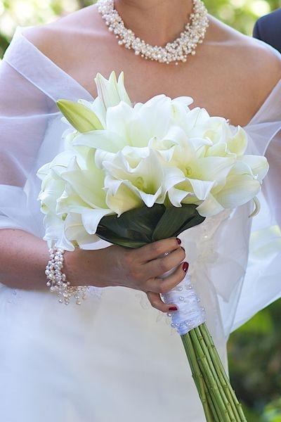 Sehr edler Brautstrauß mit weißen großen Lilien.