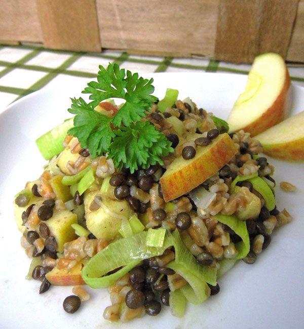 Nussiger Dinkel-Linsen-Salat mit süß-säuerlichen Äpfeln und leicht scharfem Lauch