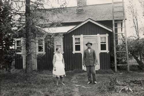 Taiteilija Matti Karppanen vaimonsa kanssa asuntonsa edustalla