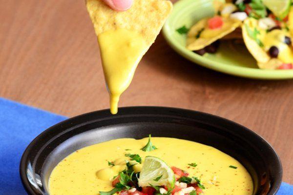 Een recept voor een gezonde veganistische kaassaus die ook echt naar kaas smaakt. De saus is in de blender zo gemaakt!