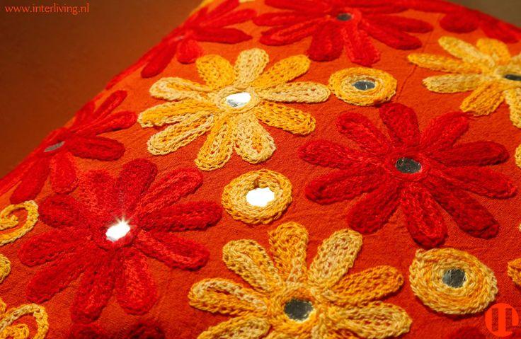 sierkussen-Indian flowers - met bloemen borduurwerk rood, oranje en geel