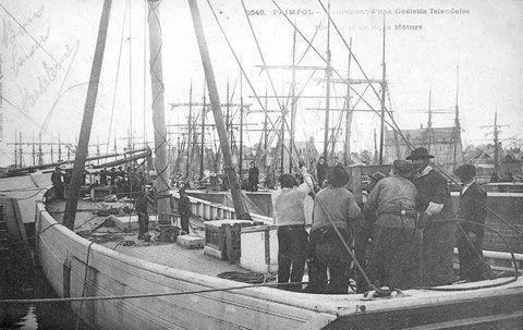 Matage du grand-mât d'une goélette à l'aide de bigues et du guindeau , dans le port de Paimpol, les chantiers de construction réalisaient couramment cette manœuvre