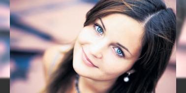 Renkli gözler kanser nedeni: Göz rengini belirleyen pigmentasyon genleriyle ilişkili olan bu risk mavi yeşil ve gri renkli gözlere sahip beyaz insanları daha çok etkiliyor. BAP1 geninin mutasyona uğramasının cilt göz kanserine ve diğer kanser türlerine yakalanma riskini artırdığını belirten çalışma gözü besleyen damarların ...