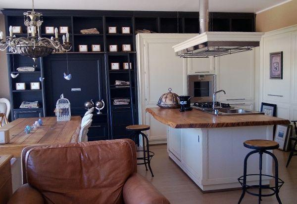Cucina artigianale su misura in legno laccato grigio antracite e burro