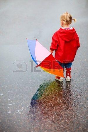 Peuter Meisje Met Kleurrijke Paraplu Bui Ten Lucht Op Regenachtige Dag Royalty-Vrije Foto, Plaatjes, Beelden En Stock Fotografie. Image 7819587.