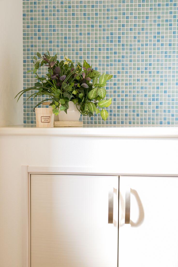 かわいいタイルをバックにかわいい鉢植え。お客様をお迎えする玄関にふさわしい演出です。  #玄関 #収納 #開戸 #青いタイル #かわいいタイル #白いドア #鉢植え #グリーン #玄関収納 #観葉植物 #モザイク #白と青 #マイホーム #家づくりの参考 #施工事例 #飾り棚 #ラビングホーム #不動産 #中野区 #所沢で家を買う #建築 #花 #myhome #新築戸建 #おしゃれ #かわいい