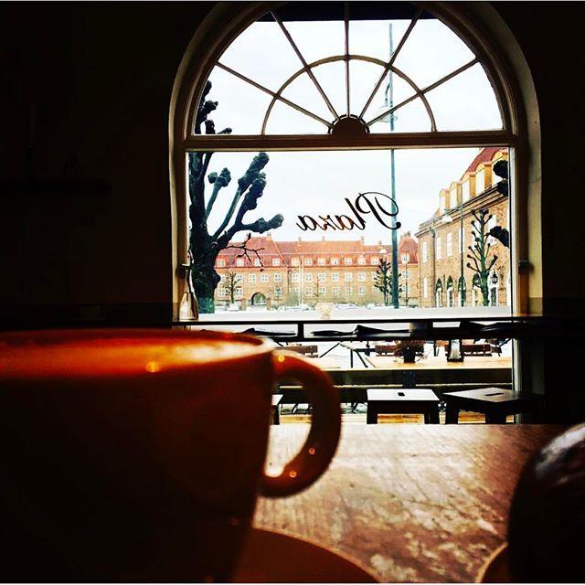 """""""Åh, savn, altfor lenge siden jeg har besøkt byens beste kafé, """" skriver @maritfrilanser om @apentbakeri i Ullevål hageby i Oslo, og takker fotografen @cathrinemoestue for påminnelsenBakeriet ligger vakkert til på Damplassen, i de gamle lokalene til Plaza Conditori, som ble åpnet av Norges første kvinnelige baker- og konditormester Berta Knudsen i 1929#unikesteder #oslo #damplassen #ullevålhageby #plazaconditori #åpentbakeri"""