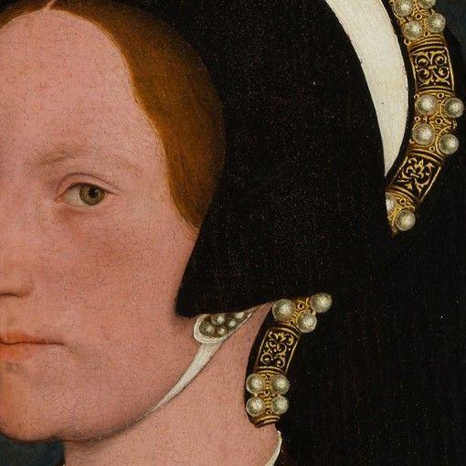 Particolari numero 4. Hans Holbein il Giovane: Ritratto di Margaret Wyatt, moglie del Cancelliere Henry Wyatt. Tempera su tavola del 1540. The Metropolitan Museum, New York. Una cuffia molto bella, con pochi colori: l'ampio bordo rovesciato in nero, l'esterno della cuffia bianca annodata sotto il mento, e che termina con una bellissima, rigida fascia: è suddivisa in quadrati neri ed oro, ricamati in oro e con gruppi di perle. Ricca, con pochi colori, e molto bella.