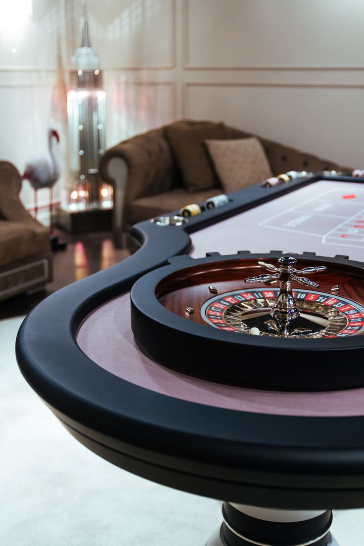 Details of Vismara Design Roulette Table with professional Roulette Wheel in pure mahogany! #roulettetable #roulettegame #gameroom #gametable #madeinitaly #entertainmentfurniture