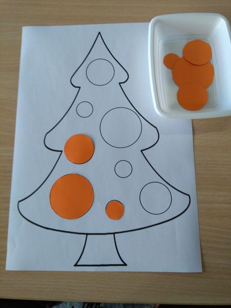 Oefening op meten. Kerstballen sorteren volgens grootte. Leg de kerstbal op de juiste plaats. 3 afmetingen: groot, middel en klein *liestr*