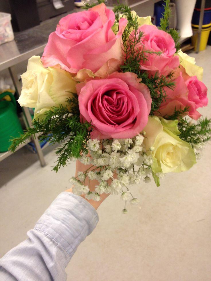 Vi stiftet også alle blomstene vi skulle bruke fordi vi skulle bruke stifte teknikk i buketten