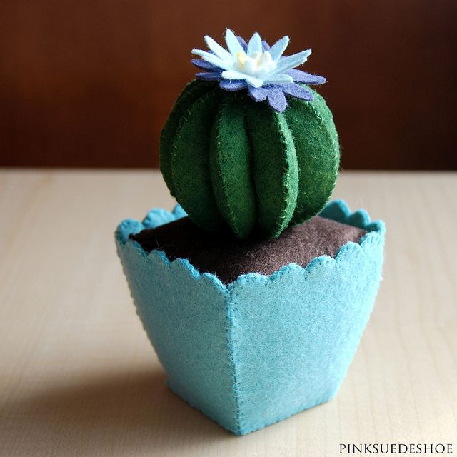 Felt cactus.  Finally a plant that i can't murder.  (i can't find te tutorial, but i am also going to pin the book that the pattern comes in) ~lvt