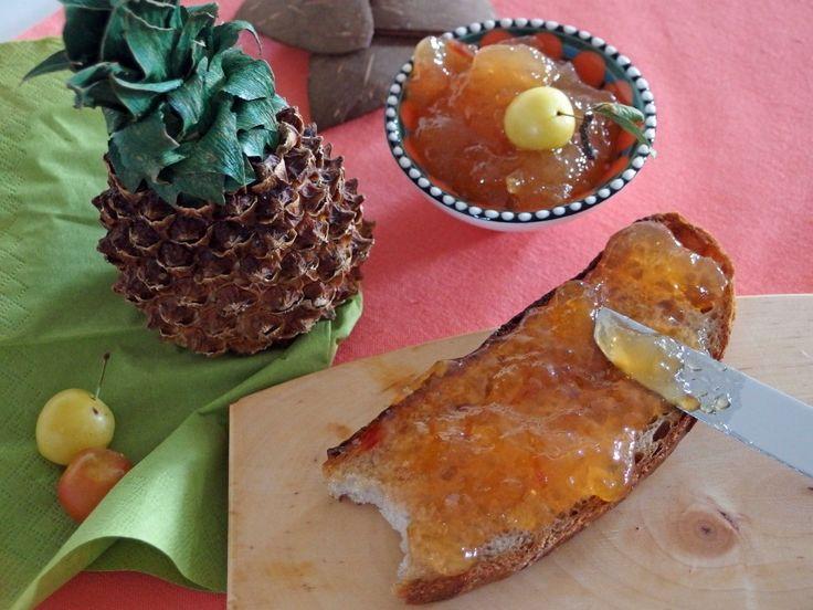Ein Cocktail in Form von Marmelade, der einfach unwiderstehlich nach Sommer schmeckt: Pina Colada Marmelade. Mit Ananas, Mirabellen, Kokos und Rum. Jetzt auf meinem Blog: www.kleinekostbarkeit.de/pina-colada-marmelade #kleinekostbarkeit #pinacolada #summer #sommer #marmelade #kokos #ananas #mirabellen #selbstgemacht