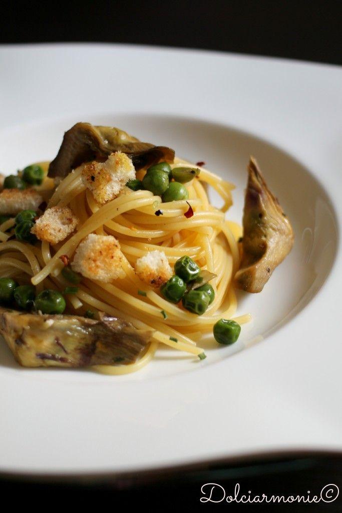 Spaghetti ai cuori di carciofo,piselli e pane croccante