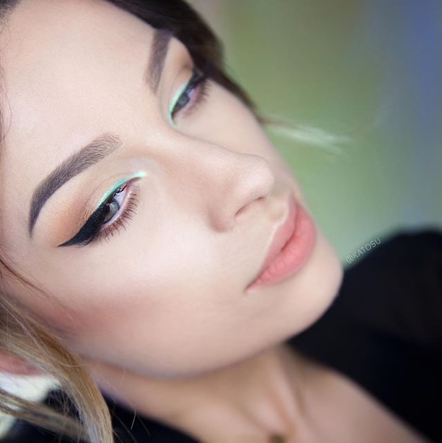 ☄This is how add color to your make up and stay chic! I created this simple make up look using: @katvondbeauty Shade&Light Eye palette in Sage and Shade&Light Contour palette, @inglot_cosmetics pigment nr 114 applied wet, @ardell_lashes accent lashes nr 318, @anastasiabeverlyhills Dip Brow Pomade in Blonde and Medium Brown, Liquid Lipstick in Stripped ☄ #katosu #katvondbeauty #anastasiabeverlyhills #springmakeup