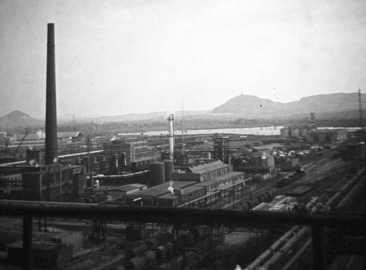Pohled z destilační kolony AVD na jih - 60 léta 20 st. - moje foto - Smena 8