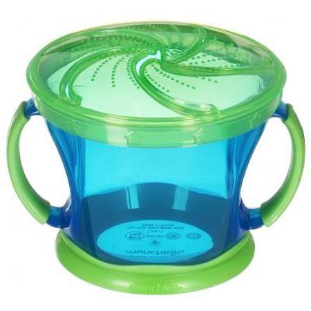 """Контейнер Munchkin Поймай печенье 11006 (голубой с зеленой крышкой)  — 490р.  Контейнер для снеков (небольших кусочков продуктов) с регулируемой крышкой Munchkin Snack Catcher """"Поймай печенье"""" -  легко достать, а крошкам не упасть!  Идеально подходит, если нужно покормить малыша """"на ходу"""", чтобы закуска осталась в контейнере, а не на полу, не на сиденье автомобиля или коляски! Мягкие лепестки-закрылки помогают ребенку подкрепиться самостоятельно, но предотвращают рассыпание содержимого…"""