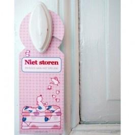 Bl-ij Prinsesje deurhanger    Altijd leuk deze Prinsesje deurhanger van het merk Bl-ij! Ideaal voor als je lekker met je vriendinnetjes een thee partijtje hebt en niet gestoord wilt worden.
