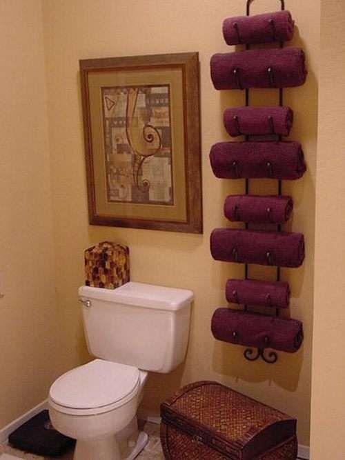 Utilisez un range-bouteilles pour ranger vos serviettes de bain.