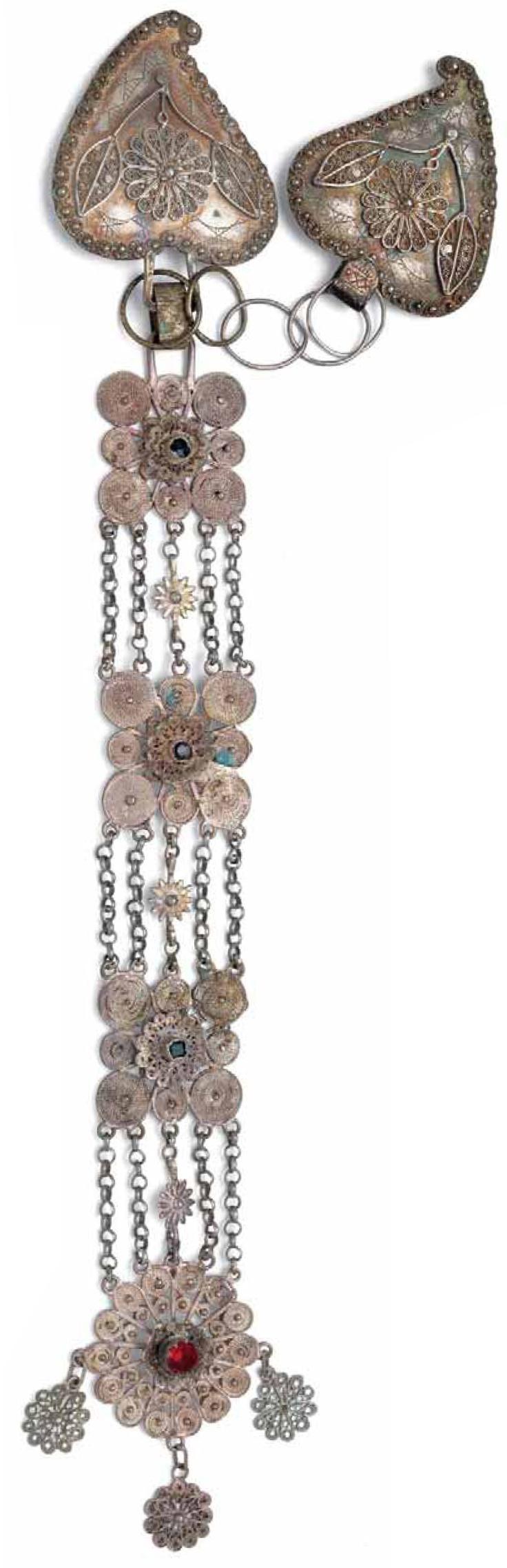 Gancera con placche e pendente  argento e pasta vitrea, 35,5 cm,  collezione privata.