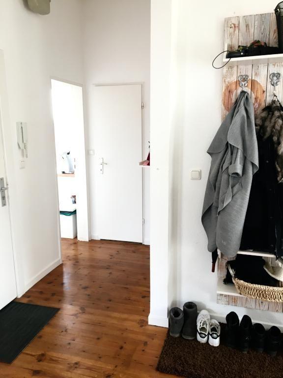 sch ner altbauflur mit holzdielenboden und garderobe f r jacken und schuhe flur corridor. Black Bedroom Furniture Sets. Home Design Ideas
